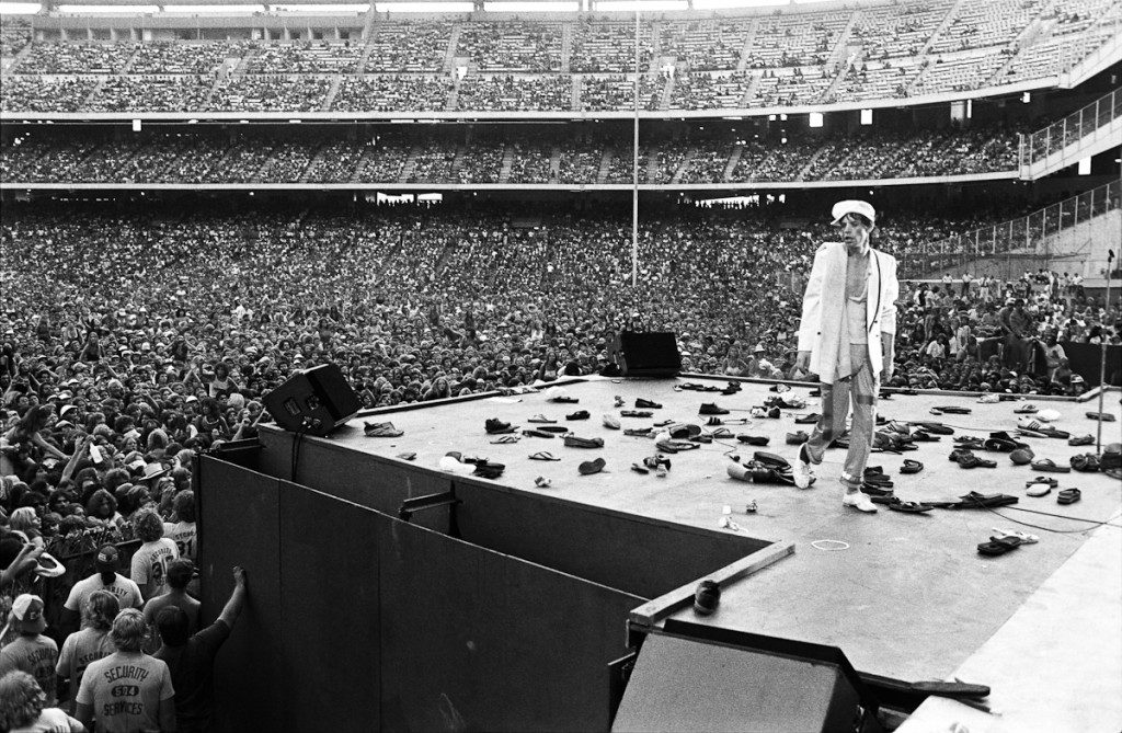 rolling_stones_mick_jagger_walking_off_stage_with_shoes_on_stage_anaheim__california__1978-1024x669